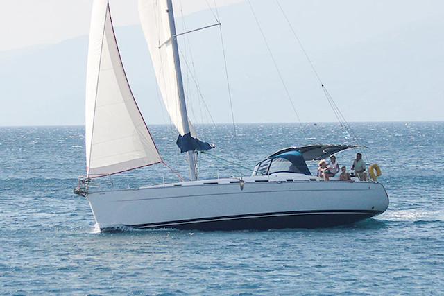 Bateau à voile en pleine mer qui a été acheté en leasing